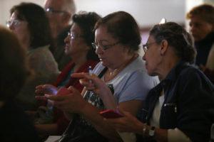 HR SÃO PAULO/SP 06/10/2016 OFICINA DE WHATSAPP PARA IDOSOS CIDADES ESPECIAL EMBARGADO - Curso de WhatsApp promovido pelo Centro de Referência do Idoso, em Santana, na zona norte da cidade FOTO: HÉLVIO ROMERO/ESTADÃO